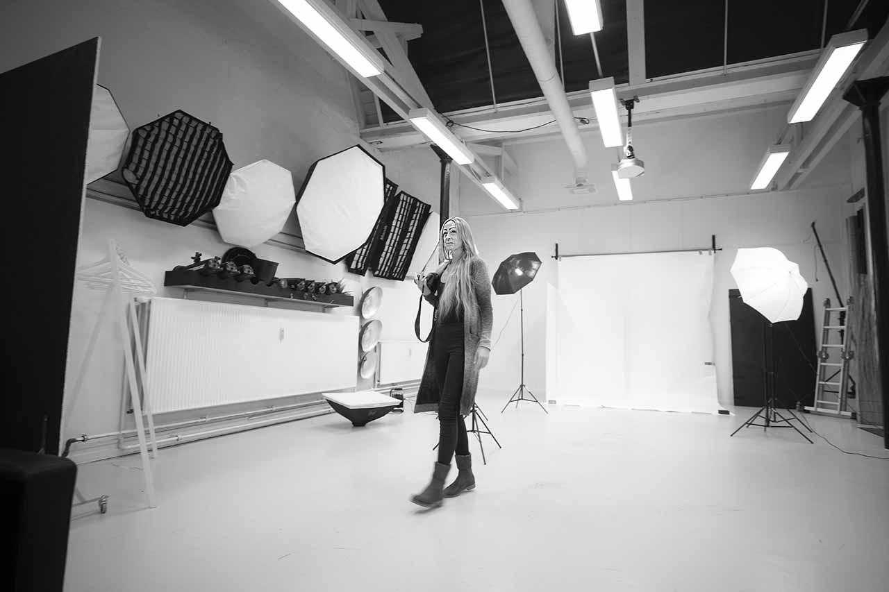 fotografen i fotostudio